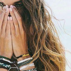 Pura Vida Bracelets - Surfer girl style at it's best! Look Fashion, Girl Fashion, Green Fashion, Ladies Fashion, Fashion Outfits, Surf Hair, Beach Hair, Ft Tumblr, Surfer Girl Style