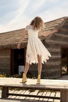Rembo styling — Collectie 2018 — Deep Purple: Korte gekante jurk met korte mouwen, lange gouden ritssluiting vanachter in de rug.