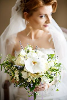 A beautiful flower bouquet for a gorgeous bride. See more on www.saria.ro
