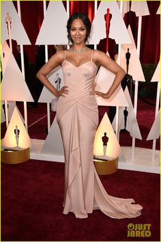 zoe saldana oscars 2015 01 Zoe Saldana looks absolutely flawless while walking the red carpet at the 2015 Academy Awards held at the Dolby Theatre on Sunday (February 22) in Hollywood.   …