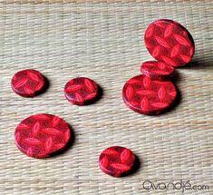Perles rondes plates en tissu shweshwe d'Afrique du Sud, coloris rouge, blanc et noir. #Avandjébijoux #Biarritz #tissushweshwe #tissuafricain #perlestissu #afro #afrochic #perles #faitmain #africainpearls #perlesafro #créationoriginale Afro Chic, Biarritz, Artisanal, Cufflinks, Creations, Accessories, African Fabric, Round Beads, Jewelry Designer