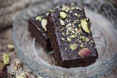 Chokladrutor med lakritskola, flingsalt och pistagenötter.