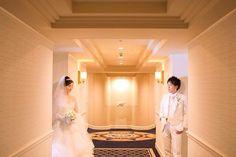 さあ、いよいよみんなのところへ〜♡ と思ったら、お部屋出たところでも1枚♡ * ベールをつけてもらった瞬間にいよいよなんだなーってジーンとしたなぁ‼︎ * 楽しい1日の始まりですよってカメラマンさん、介添えさんいろんな方が言ってくれてとっても気持ちが高まりました♡ * #6 #結婚式 #weddingdress #プレ花嫁 #挙式前 #卒花 #バンプデザイン #yuu_wedding0919
