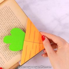 DIY Carrot Corner Bookmark – Origami Bookmarks - It's time for another corner bookmark tutorial, this time, with Easter close by, we are sharing a tutorial on how to make a carrot corner bookmark. Bookmarks Diy Kids, Paper Bookmarks, Corner Bookmarks, How To Make Bookmarks, Bookmark Ideas, Handmade Bookmarks, Kids Origami, Paper Crafts Origami, Origami Easy