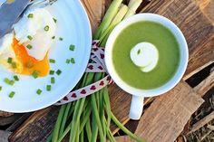 Zupa krem z brokułów z jajkiem w koszulce. Sprawdź przepis na zupę brokułową z parmezanem i świeżym szczypiorkiem. Zobacz, jak ugotować jajko w koszulce.