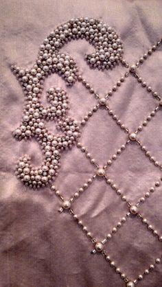 Creación con mostacillas, canutillos y perlas.