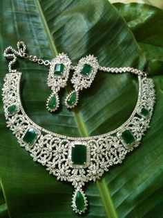Add an exquisite measure of class to any style of dress with a breathtaking Emerald Necklace India Jewelry, Gems Jewelry, I Love Jewelry, Wedding Jewelry, Diamond Jewelry, Jewelry Sets, Fine Jewelry, Jewelry Design, Jewellery
