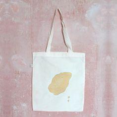 A – B Werk amethyst  Die beidseitig bedruckten Taschen sind feine Handarbeiten aus der Siebdruckwerkstatt.  Die Tasche entspricht dem Global Organic Textile Standard (GOTS) und ist aus 100% Baumwolle.