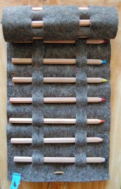 felt colored pencil roll (love the no-sew!) - this would be great for a set of graphite drawing pencils too Could be used for Crochet hooks or knitting needles with some modifications Felt Diy, Felt Crafts, Fabric Crafts, Diy Crafts, Diy Projects To Try, Sewing Projects, Craft Projects, Crochet Projects, Craft Ideas