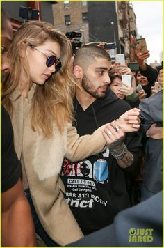 Zayn Malik Escorts Gigi Hadid To Car Amid Crowd Outside Of Apartment: Photo Zayn Malik tries to protect girlfriend Gigi Hadid as they are swarmed by fans and paparazzi in New York City on Friday (March The singer escorted… Celebrity Couples, Celebrity Style, Gigi Hadid And Zayn Malik, Old Singers, Bella Hadid, Bad Boys, Girl Crushes, Kendall, My Idol
