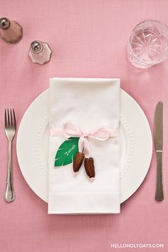 Make a pretty date place setting for Ramadan. It adds a special touch to your Ramadan table. Iftar Party, Eid Party, Henna Party, Ramadan Gifts, Ramadan Mubarak, Ramzan Eid, Muslim Holidays, Muslim Ramadan, Ramadan Activities