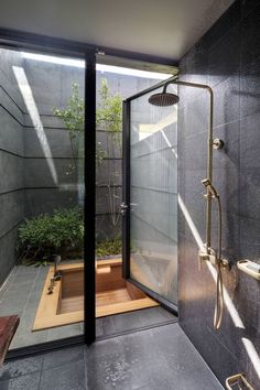Fabuluous Interior Design Sunken wood bath in a tiny secluded courtyard with some greenery. Sunken wood bath in a tiny secluded courtyard with some greenery. Dream Bathrooms, Dream Rooms, Unusual Bathrooms, Spa Bathrooms, Modern Bathrooms, Rustic Bathrooms, Amazing Bathrooms, Indoor Outdoor Bathroom, Outdoor Tub