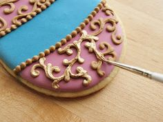 gold icing tutorial using gold dust mixed with vanilla extract or vodka.