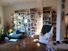 Preparado el set. Solo falta que llegue la noche para rodar. Teaser, Bookcase, Shelves, Home Decor, Night, Shelving, Homemade Home Decor, Shelf, Open Shelving