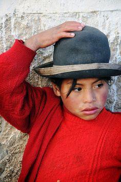 Paucartambo, Peru. Holding the Hat door Leonid Plotkin op Flickr