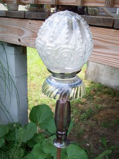 Glass globe yard art with solar light - Yard Art Ideas to try Solar Garden Lanterns, Solar Patio Lights, Outdoor Crafts, Outdoor Art, Outdoor Ideas, Outdoor Lighting, Outdoor Decor, Garden Accent Lighting, Glass Garden Art