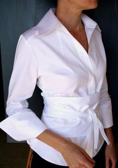 Sf stylist: Nice Waist-line Effect - could always use a classic white blouse Classic White Shirt, Crisp White Shirt, Looks Style, Style Me, Classic Style, French Style, Look Fashion, Womens Fashion, Petite Fashion