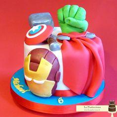 Arrivano gli Avengers! in una sola torta, la maschera di Ironman, il pugno di Hulk, lo scudo di Capitan America, ed il martello e mantello di Thor - www.la-pasticciona.it