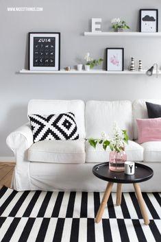 Ikea Ektorp vor grauer Wandfarbe, Ribba Bilderleisten