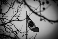 Detalhe em preto e branco da bandeira no Centro Cívico