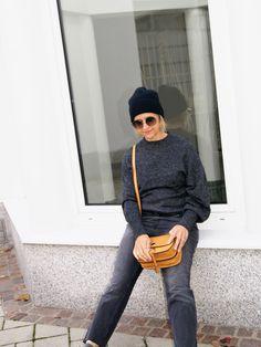 ….. mehr braucht es nicht für ein gemütliches, warmes Outfit, und cool ist es auch noch. Und was wirklich erwähnenswert ist, in unserer Lieblingsfarbe – GRAU. Die Jeans ist gemütlich g… Fashion 2017, Normcore, Street Style, Cool Stuff, Jeans, Casual, Casual Styles, Gray, Photo Illustration