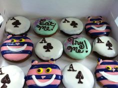Alice in Wonderland donuts. Pan Nube, Halloween Donuts, Cute Snacks, Delicious Donuts, Hand Designs, Doughnuts, Projects To Try, Alice, Treats
