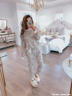 Lounge leopard loungwear set, leopard print sweatpants and sweatshirt, emily gemma What Currently De Loungewear Outfits, Loungewear Set, Long Flight Tips, Comfortable Bras, Comfortable Fashion, Loose Fitting Tops, Best Leggings, Fall Outfits, Dress Outfits