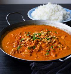 """En smarrig kycklinggryta med """"indiska smaker"""" som är enkel att laga. Om man utesluter chilin är den även en stor favorit hos barnen. Toppa grytan med jordnötter, servera med ris och njut av smakerna! 4-6 portioner 3 st kycklingfiléer 1 gul lök 2 st vitlöksklyftor 1 msk färsk riven ingefära 1 burk kokosmjölk 1 burk krossad tomat 2 msk tomatpuré 2 tsk gul currypulver 1 tsk garam masala 1 st kycklingbuljongtärning (kan uteslutas eller ersättas med 1 msk soja) Ca 1-2 tsk chilipulver eller färsk… Clean Recipes, Cooking Recipes, Healthy Recipes, Zeina, Indian Food Recipes, Ethnic Recipes, Dessert For Dinner, Garam Masala, I Love Food"""