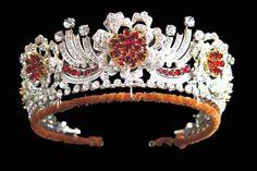 В 1973 году королева Елизавета получила тиару в дар от ювелирной компании «Джеррард и компания». В центре украшения находится цветок из рубина и бриллиантов, а серебро с бриллиантами создает стилизацию лепестков цветка. В обрамлении тиары присутствуют 96 бриллиантов. Она называется «бирманской», так как рубины и бриллианты были подарены королеве в качестве свадебного подарка от бирманцев,