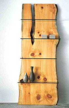 Cette magnifique étagère en bois brut est réalisée d'une seule pièce. Le bois est très beau. Pour mettre en avant cette belle pièce de bois, des étagères en verre transaprent ont été placées de façon à ne pas cacher les noeuds et les veines de cette planche...