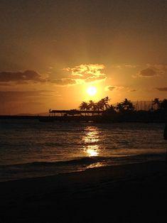 Wunderschöne Sonnenuntergänge am Strand von Waikiki.