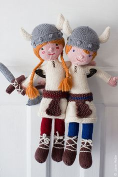 This pair of Viking dolls comes complete with capes, helmets and weaponry.