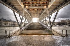 Bonjour, voici toujours réalisé en décembre 2014, la passerelle de Solferino à Paris, symétrique, toussa ^^