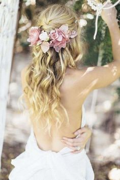 Idee per acconciature da sposa con fiori tra i capelli - Capelli semiraccolti e corona di fiori