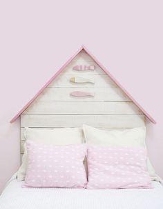 Cabecero infantil de madera color rosa con peces también en madera con pintura decapada. Producto handmade, para niños y niñas en madera de palets. Puedes adquirirlo en www.cabecerosymadera.es