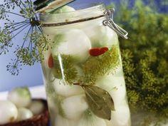 Marinierte Zwiebeln ist ein Rezept mit frischen Zutaten aus der Kategorie Zwiebelgemüse. Probieren Sie dieses und weitere Rezepte von EAT SMARTER! Canning Pickles, Romanian Food, Yummy Food, Tasty, Eat Smarter, Raw Food Recipes, Deli, Preserves, Celery