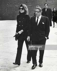 Jackie Kennedy Onassis and Aristotle Onassis during Jackie Onassis & Ari Onassis Walking After Having Lunch at P. Clarke's in New York City, New York, United States. Get premium, high resolution news photos at Getty Images Jacqueline Kennedy Onassis, Jackie Kennedy Style, Jaqueline Kennedy, Los Kennedy, Jackie Kennedy Sister, Jackie Oh, Lee Radziwill, How To Have Style, Famous Couples