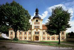 Nebílovský zámek je v našem prostředí příkladem čisté, vídeňsky orientované barokní architektury. Od roku 1706 jej stavěl plzeňský mistr J. Auguston podle neznámé předlohy císařského architekta J. L. Hildebrandta. Zámek tvoří dvě proti sobě situované budovy, které bývaly po stranách spojeny arkádovými chodbami s terasami.