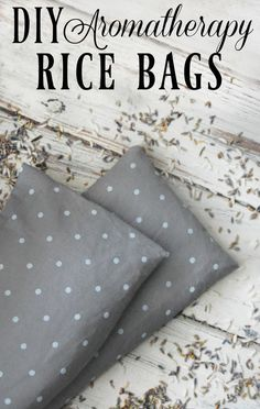 DIY Aromatherapy Rice Bag - I adore my rice bag! Great for sore muscles, growing pains, or when you just need to warm up a bit! #ricebag #soremuscles #growingpains #restlesslegsyndrome #aromatherapy #diy Diy Sac Magique, Sewing Crafts, Sewing Projects, Projects To Try, Sewing Ideas, Sewing Tips, Sewing Hacks, Sewing Patterns, Diy Holiday Gifts
