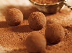 Aprenda a fazer uma receita de trufa de chocolate com gema. Esta é uma receita muito fácil, e as trufas ficam muito saborosas.