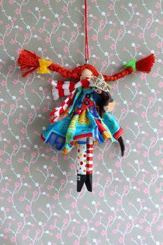 Pippi Longstocking via Etsy. I love the colors. Wish I knew who the artist was. Pippi Longstocking via Etsy. Wood Peg Dolls, Clothespin Dolls, Craft Stick Crafts, Fun Crafts, Crafts For Kids, Clothes Pin Ornaments, Dolly Doll, Pippi Longstocking, Clothes Pegs