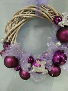 Vánoční věnec na dveře Ornament Wreath, Ornaments, Christmas Ideas, Christmas Tree, Ideas Para, Advent, Aurora, Wreaths, Pretty