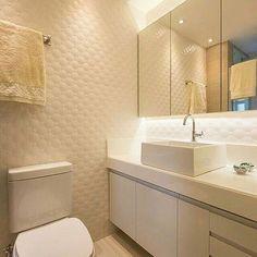 O tom branco ainda é a primeira opção para  compor certos ambientes, como no caso deste  banheiro. A @fabricaarquitetura escolheu o  revestimento Romance para as paredes,  criando um espaço clean e funcional. :) #ceramicaportinari #porcelanato #DecoraSoul  #parede