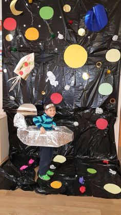 Utilize black trash bags for backdrop price friendly Space Classroom, Classroom Displays, Classroom Themes, Space Projects, Science Projects, Space Crafts For Kids, Art For Kids, Space Activities, Preschool Activities