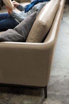 beige leather and dark aluminum feet give this rolf benz scala a classy touch atelier plura sofa rolf benz