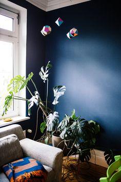 // dunkle Wand mit bunten Farbentupfern.