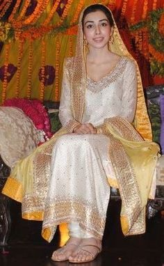 Same stuff of cloth material and design in complete yellow shade for Mayoon. Shadi Dresses, Pakistani Wedding Dresses, Pakistani Outfits, Indian Dresses, Indian Outfits, Mehndi Dress, Mehndi Outfit, Mehendi, Eastern Dresses