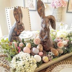 Elegant Easter Tablescapes & centerpieces - Hike n Dip ideas decoration table Elegant Easter Tablescapes & centerpieces - Hike n Dip Easter Table Decorations, Decoration Table, Easter Centerpiece, Spring Decorations, Easter Table Settings, Decoration Crafts, Diy Osterschmuck, Easy Diy, Diy Ostern