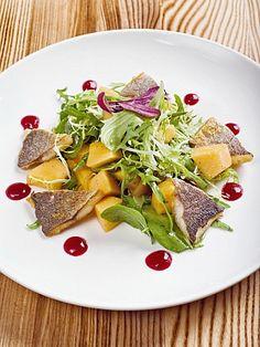 Легкий салат с дыней и дорадой
