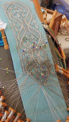 "Asociación Encajeras de Bolillos ""Ibn al Baytar"" Antique Lace, Vintage Lace, Bobbin Lacemaking, Types Of Lace, Lace Art, Bobbin Lace Patterns, Point Lace, Linens And Lace, Needle Lace"